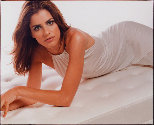 Amanda Peet wallpaper probably containing skin entitled Amanda