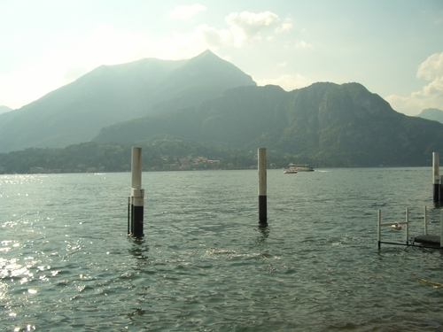 Italy Hintergrund possibly containing a lakeside and a yachthafen, marina titled Lago di Como, Italy