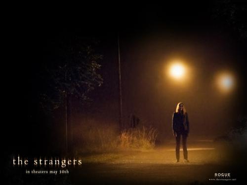 The Strangers karatasi la kupamba ukuta