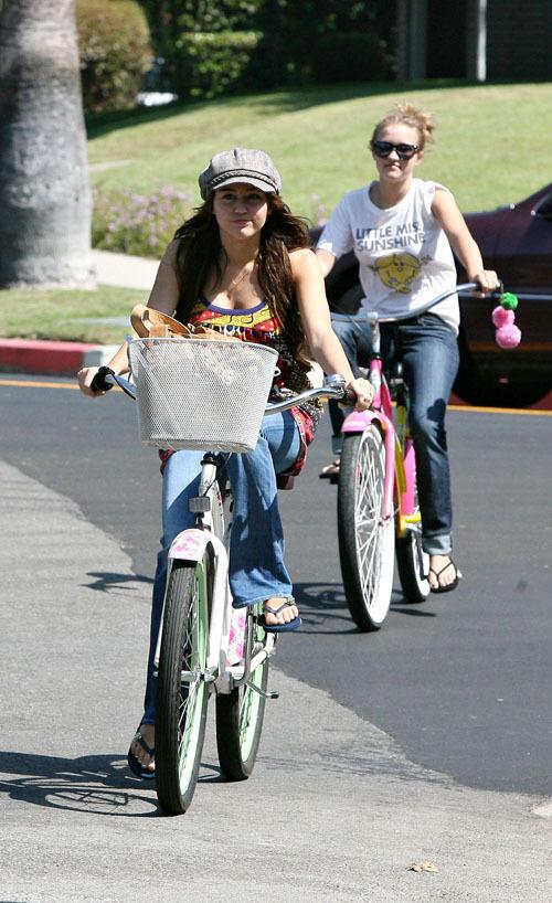 http://images1.fanpop.com/images/photos/2100000/Emily-emily-osment-2161187-500-818.jpg