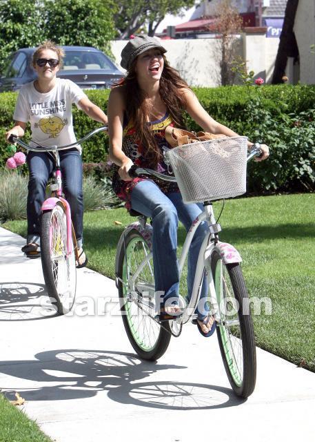 http://images1.fanpop.com/images/photos/2100000/Emily-emily-osment-2161194-457-640.jpg