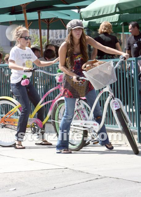 http://images1.fanpop.com/images/photos/2100000/Emily-emily-osment-2161200-457-640.jpg