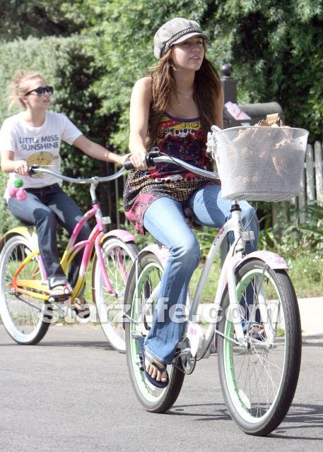 http://images1.fanpop.com/images/photos/2100000/Emily-emily-osment-2161204-457-640.jpg