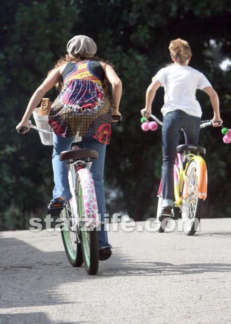 http://images1.fanpop.com/images/photos/2100000/Emily-emily-osment-2161205-457-640.jpg