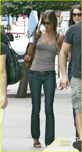 http://images1.fanpop.com/images/photos/2100000/Gisele-gisele-bundchen-2119778-269-500.jpg