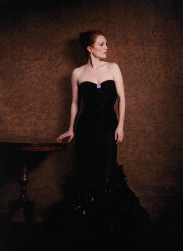 Julianne Moore wallpaper possibly with a dinner dress, a gown, and a bridesmaid entitled Julianne Moore