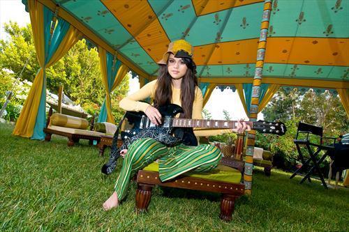 سلينا صور + معلومات =) Selena-Gomez-selena-gomez-2123777-500-333