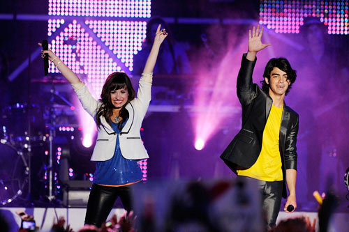 Jemi achtergrond containing a concert called jemi
