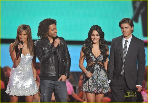 Zac Efron & Vanessa Hudgens wallpaper with a business suit titled Zac and Vanessa at VMA'S