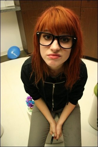 http://images1.fanpop.com/images/photos/2200000/hayley-williams-paramore-2245037-334-500.jpg