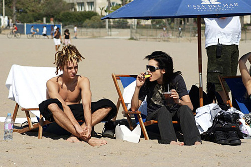 Tom & Bill Kaulitz fond d'écran possibly with a bather, a plage house, and swimming trunks called tom & bill