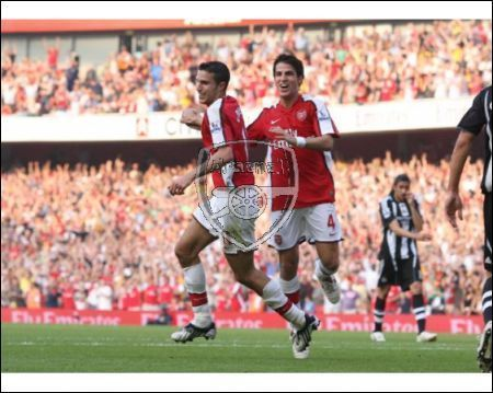 Cesc Fabregas 바탕화면 possibly with a fullback, a tight end, and a 앞으로 called Arsenal vs. Newcastle United, Aug 31 2008