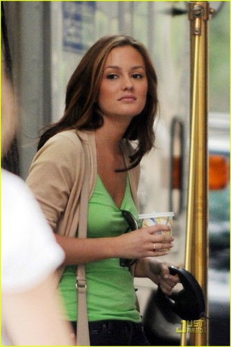 Gossip Girl fond d'écran possibly containing a portrait titled GG ON SET