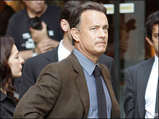 Tom Hanks দেওয়ালপত্র containing a business suit, a suit, and a three piece suit entitled Hanks