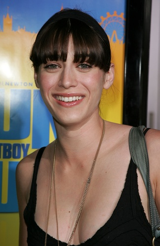 Lizzy Caplan fond d'écran possibly with sunglasses and a portrait entitled Lizzy