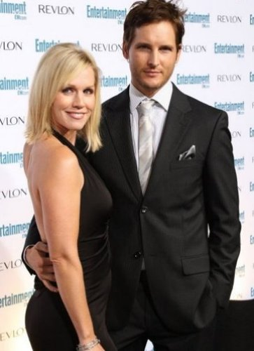 Mafuatano ya Twilight karatasi la kupamba ukuta with a business suit, a suit, and a single breasted suit called Peter Facinelli and his wife Jennie Garth