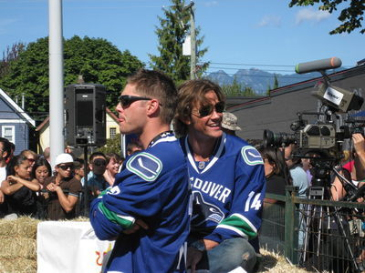 Jensen et Jared au  Red Bull soapbox Vancouver - event day - Page 2 Red-bull-soapbox-derby-supernatural-2315289-400-300