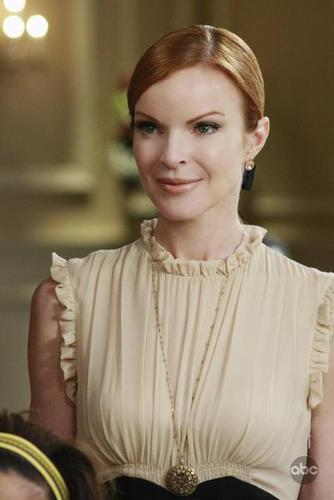 5 04 Back in Business Promotional Photos desperate housewives 2480072 334 500 - Desperate Housewives