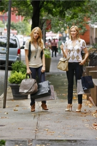 Gossip Girl wallpaper possibly with a hip boot entitled Serena and Lily