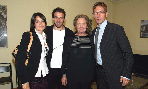 Alessandro Del Piero দেওয়ালপত্র with a business suit and a well dressed person entitled his family