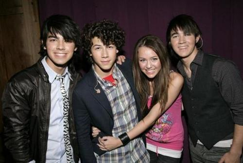 jonas brother miley cyrus cuddling up to nick must be Cinta