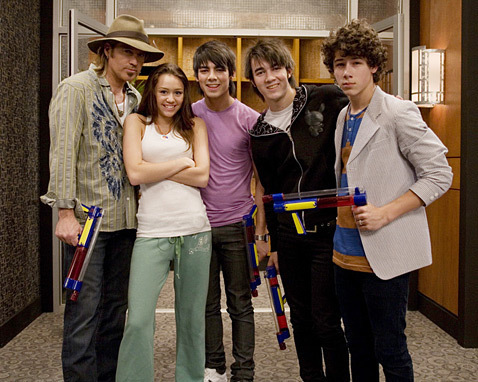 jonas brothers with miley cyrus and her dad