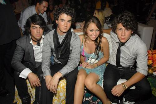 jonas brothers with miley suivant to nick