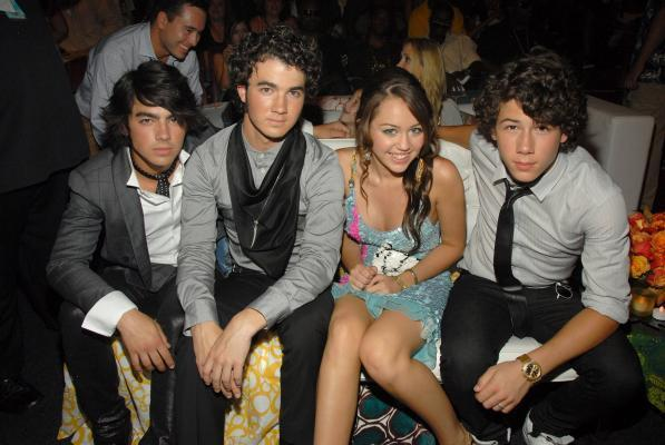 jonas brothers with miley 다음 to nick