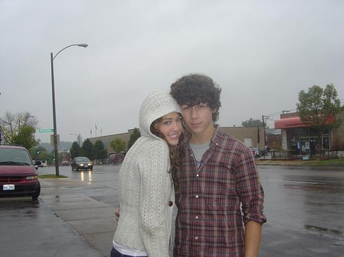 http://images1.fanpop.com/images/photos/2400000/nick-and-miley-cuddlying-in-the-rain-awwwwwwwwwwwwwwwww-the-jonas-brothers-2462645-500-374.jpg