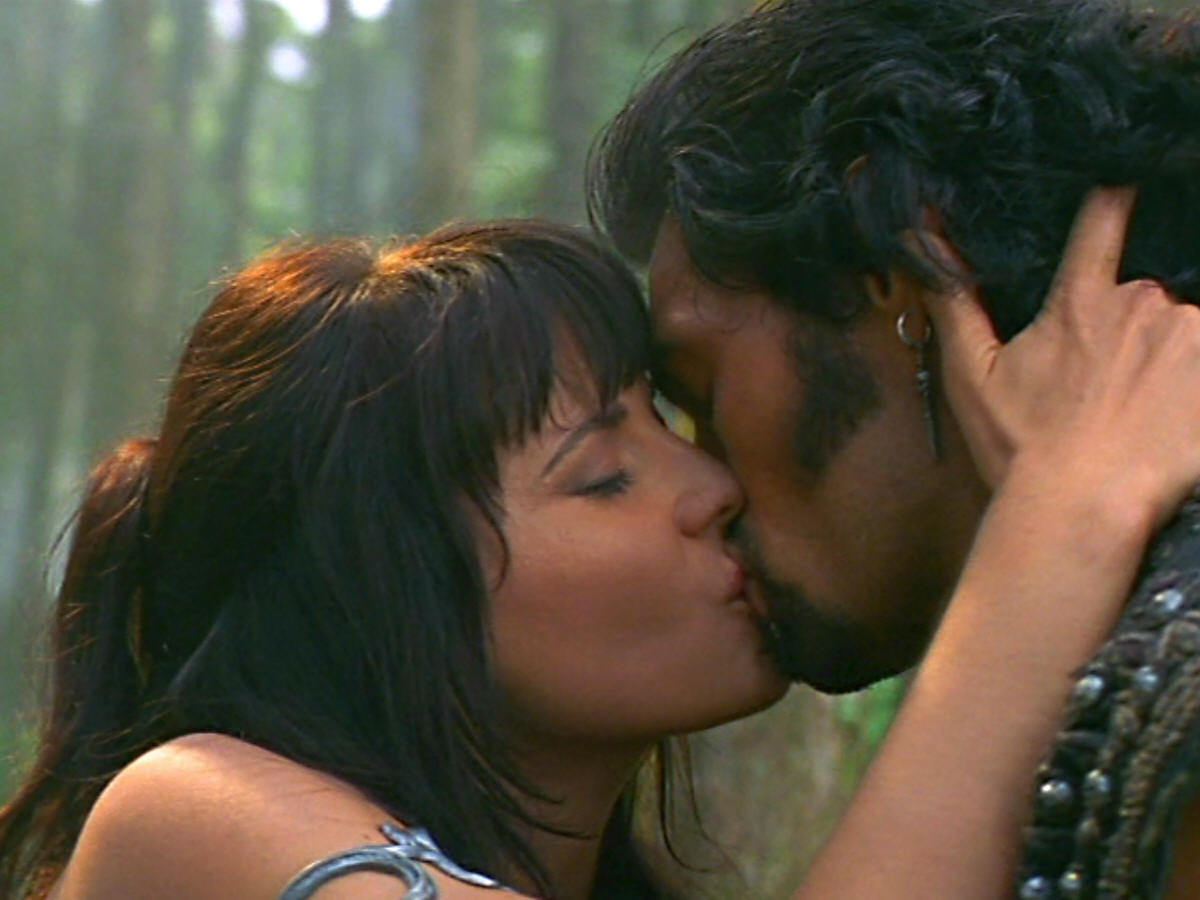 http://images1.fanpop.com/images/photos/2400000/soul-possesion-kiss-xena-and-ares-2438344-1200-900.jpg