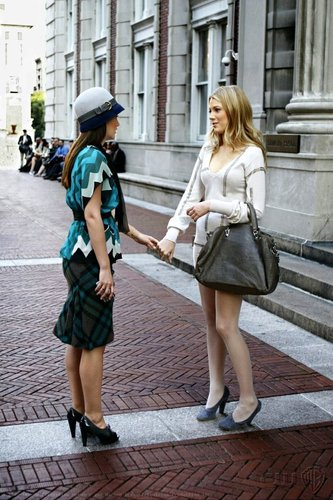 Gossip Girl karatasi la kupamba ukuta containing bare legs and a hip boot entitled Gossip Girl 2x06 Stills