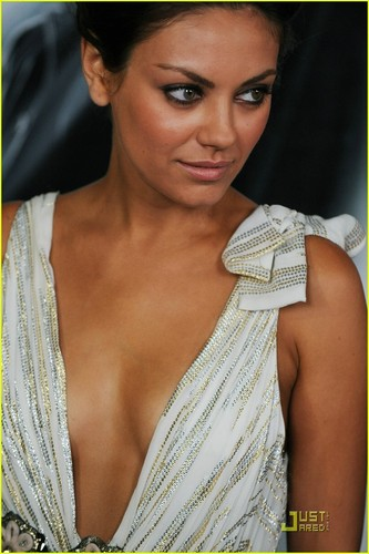 Mila Kunis Hintergrund probably with a portrait entitled Mila @ Max Payne Premiere