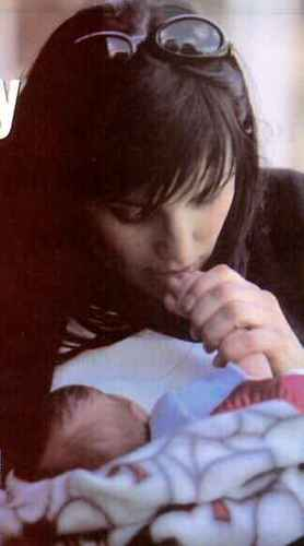 Lucy Lawless fond d'écran probably with a neonate called Lucy