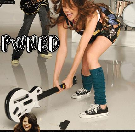 Miley Cyrus vs. Selena Gomez karatasi la kupamba ukuta entitled Miley Pones Selena