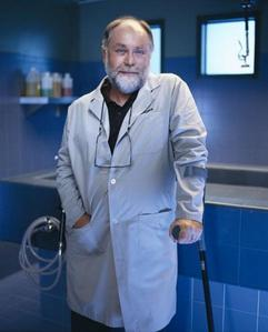 True oder False: Dr. Robbins, and subsequently Robert David Hall, has only one prosthetic leg.