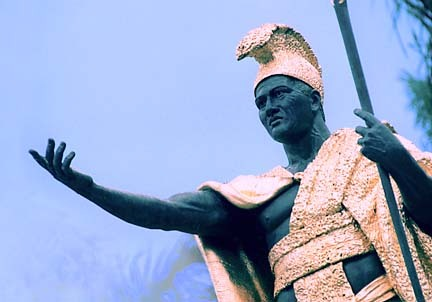 What is the name of the Hawaiian monarch and conquerer seen in the statue below?