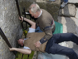 Why do people চুম্বন the Blarney Stone at Blarney Castle?