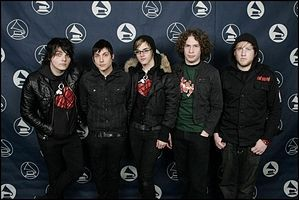 who other in the band, my chemical romance is related to Gerard Way? Bob, Mikey, 射线, 雷 或者 Frankie?