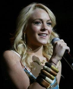 Which awards mostrar did Lindsay host in the summer of 2004?