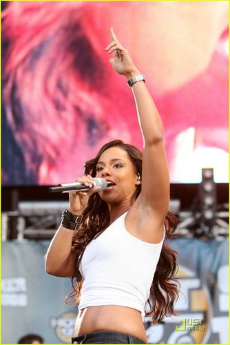 Alicia @ Hot 97 Summer mứt
