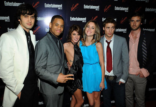 JESSICA STROUP AND OTHER CASTMATES AT THE CW bron