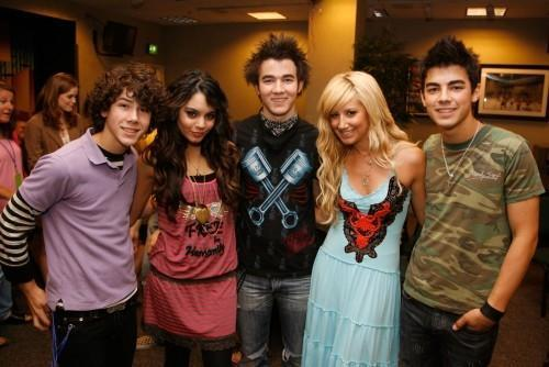 Jonas brothers with vanessa and ashely
